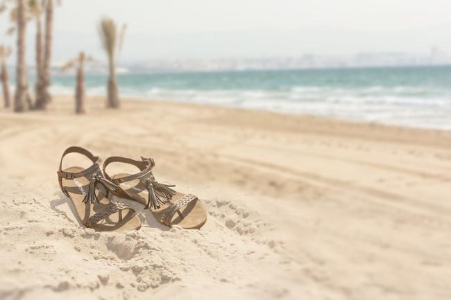 sandalias en playa